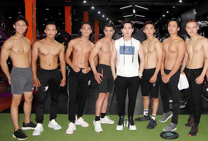 Ở tuổi 45 Nguyên Vũ tự tin đứng cạnh dàn trai trẻ cơ bắp lực lưỡng khi quay cảnh đến phòng tập gym.