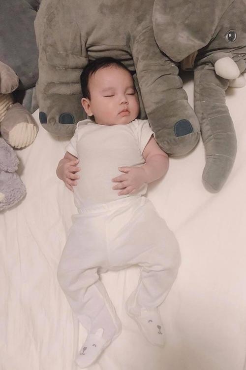 Từ tháng thứ 3, Phạm Hương cho con trai ngủ một mình trên nôi. Đến tháng thứ 6, nhóc tỳ có thể ngủ