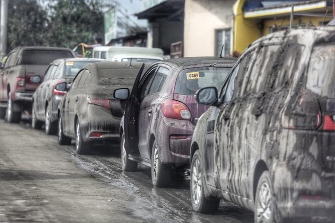 Xe xếp hàng trên đường chạy đến Manila phủ đầy bùn. Theo ghi nhận của The Philippine Star, đã có một vụ tai nạn khiến mộtngười chết xảy ra sáng 13/1, tại Calamba City, Laguna mà cảnh sát cho là do tro bụi núi lửa Taal gây ra tầm nhìn kém. Ảnh Walter Bollozos