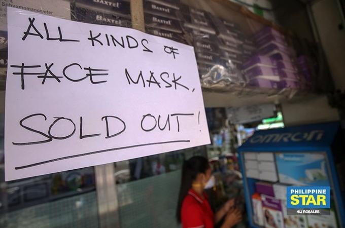 Nhiều tiệm thuốc tây để biển thông báo hết tất cả các loại khẩu trang, giá trung bình 200 PHP/cái (khoảng 80.000 đồng). Ảnh Philippine Star