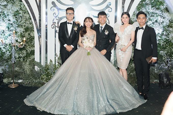 Bộ váy đầu tiên mà Minh Anh diện mang phom dáng xòe bồng, có tông màu galaxy, giúp cô dâu hóa thân thành công chúa trong truyện cổ tích. Phần chân váy có độ chuyển màu ombre từ hồng bạc sang xanh.