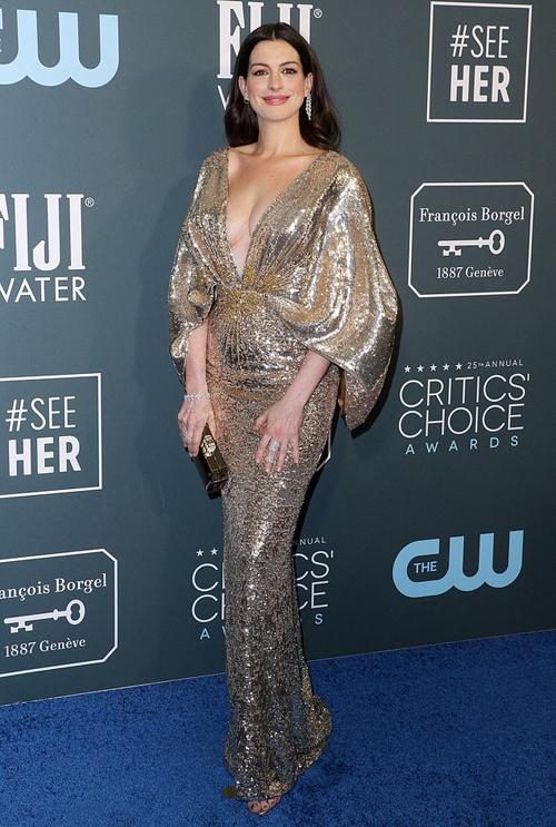 Anne Hathaway lộng lẫy trên thảm đỏ ở Los Angeles trong bộ đầm ánh kim gợi cảm.