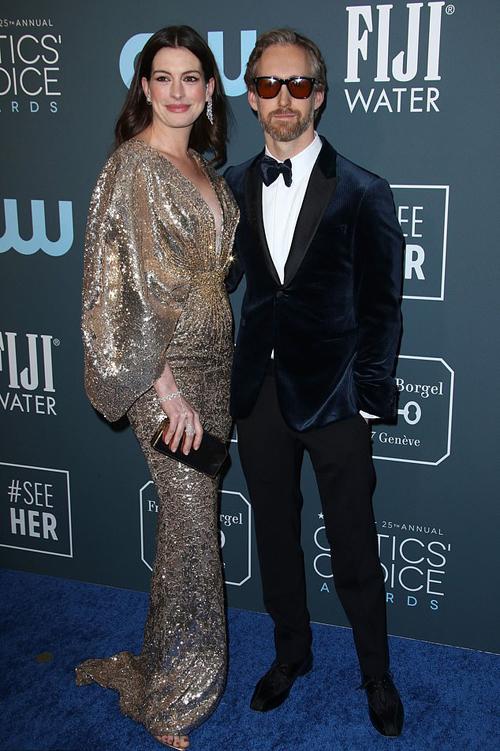 Anne Hathaway bên ông xã - nam diễn viên Adam Shulman.