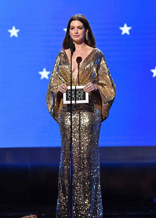 Anne được mời lên trao giải thưởng tại Critics Choice Awards. Cô cũng nhận được một đề cử Nữ diễn viên chính xuất sắc với phim truyền hình Modern Love nhưng tuột mất chiến thắng vào tay đồng nghiệp Michelle Williams.