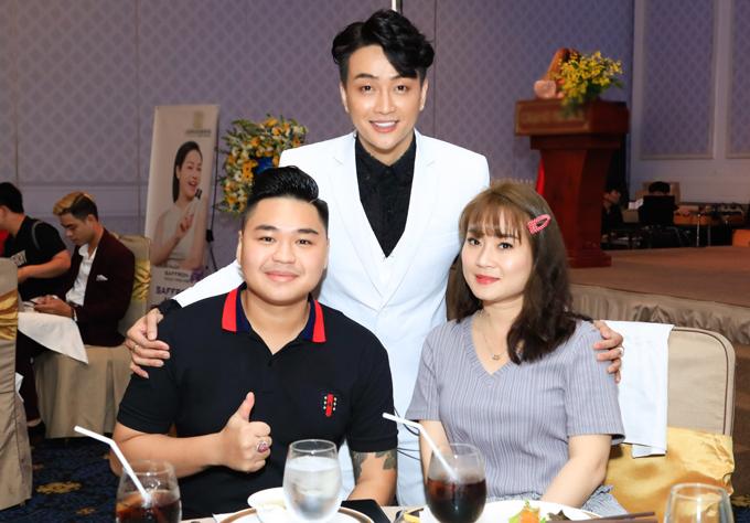 Vợ chồng diễn viên Duy Phước đến chung vui với thành viên nhóm nhạc HKT.