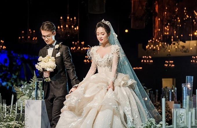 Váy cưới mà cô dâu diện được làm từ chất liệu siêu bắt sáng, đính hoa cắt tỉa thủ công, đá Swarovski.