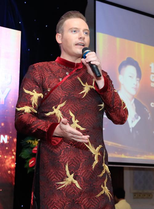 Ca sĩ Kyo York diện áo dài Việt Nam thể hiện ca khúc Bên em mùa xuân.