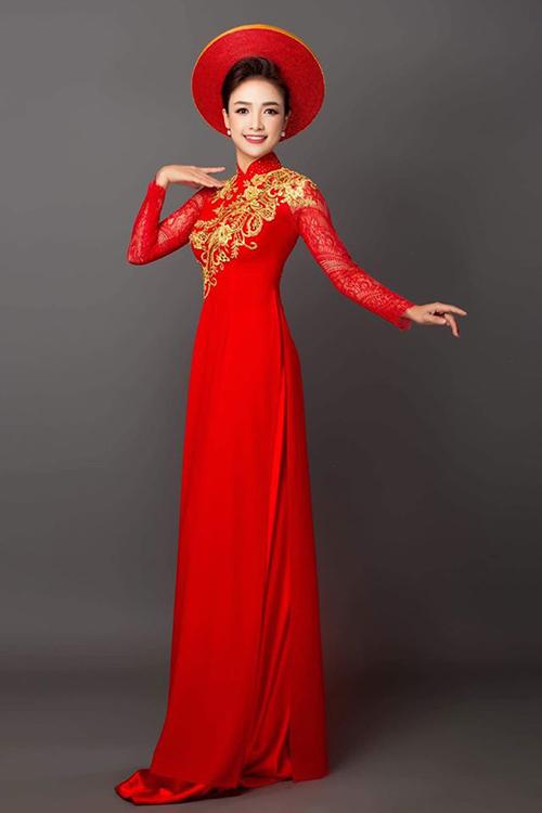 Diễn viên Lê Bê La thướt tha với áo dài.