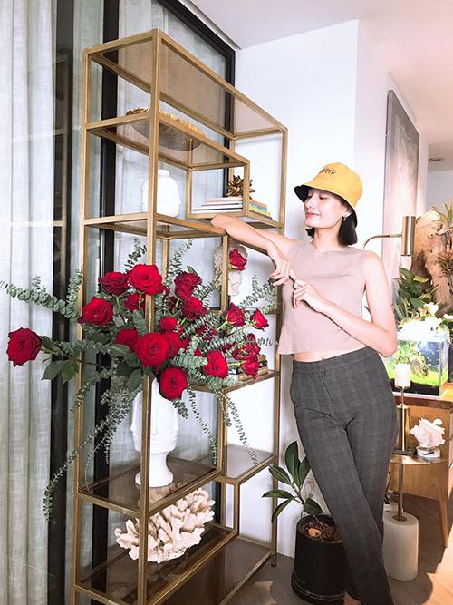 Chủ yếu là khoe hôm qua nhà ngập tràn 100 bông hoa hồng đỏ do anh chồng cắm thôi, người mẫu Lê Thúy bình luận về bức ảnh của mình.