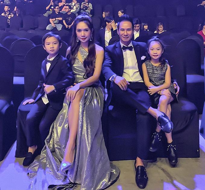 Vợ chồng Lý Hải - Minh Hà cùng hai con dự sự kiện.