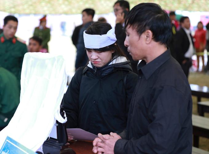 Chị Cao Thảo Loan cầm di ảnh em gái tại tòa.