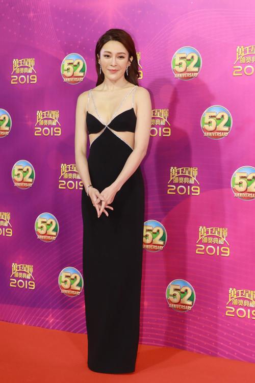 Lễ trao giải TVB diễn ra tối qua 12/1 tại đài TVB, Hong Kong với sự góp mặt của nhiều ngôi sao trong showbiz. Trên thảm đỏ, các mỹ nhân diện váy áo gợi cảm, thu hút sự quan tâm của khán giả. Diễn viên Trương Hy Văn diện váy đen với những đường cut-out duyên dáng.