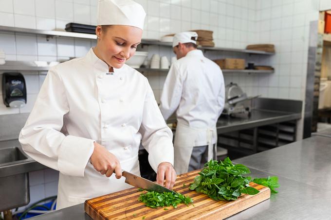 Vì sao đầu bếp ít mang găng tay khi nấu nướng