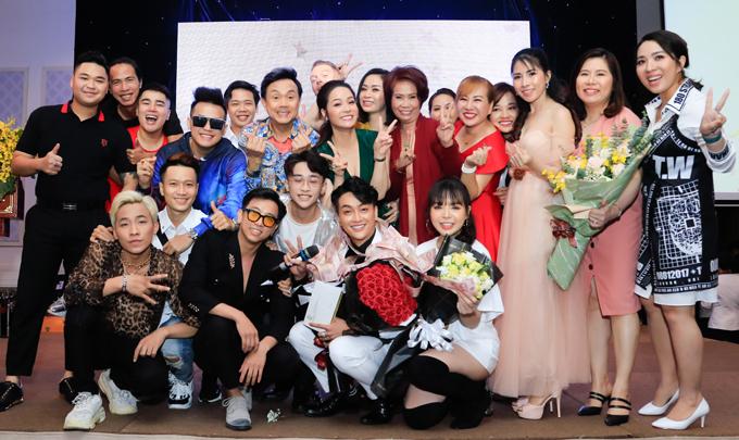 [Caption]Bên cạnh đó, Chí Tài, Nhật Kim Anh và các nghệ sĩ cũng không quên chúc nam ca sĩ sau đăng quang sẽ có nhiều show và ra mắt các sản phẩm âm nhạc chất lượng.