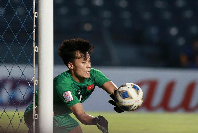 Giống trận hòa 0-0 với UAE, thủ thành Bùi Tiến Dũng ra vào hợp lý và nhiều lần cứu thua