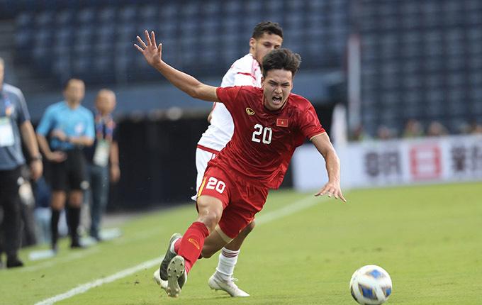 Bùi Hoàng Việt Anh chơi không tốt bên hành làng cánh phải của U23 Việt Nam ở trận đấu với UAE. Ảnh: Đức Đồng.