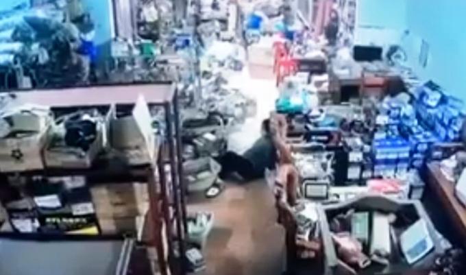Nhiều người trong ngôi nhà ở xã Phú Xá bị trúng đạn. Ảnh: Cắt từ video.