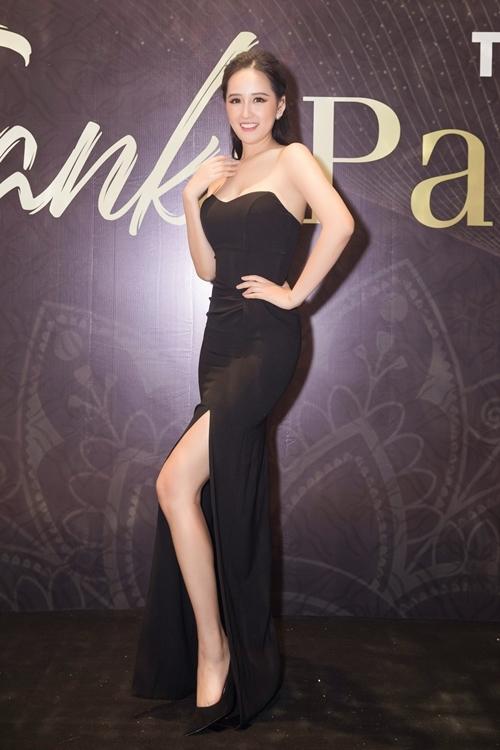Đây là lần hiếm hoi Mai Phương Thúy xuất hiện trước công chúng. Dù diện trang phục đơn giản, cô vẫn trở thành tâm điểm nhờ sắc vóc nổi bật.