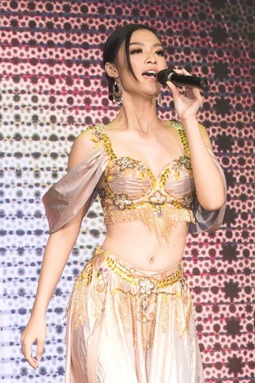 Á hậu Kiều Loan góp vui với một tiết mục văn nghệ. Cô mong muốn theo đuổi nghề ca sĩ trong tương lai.