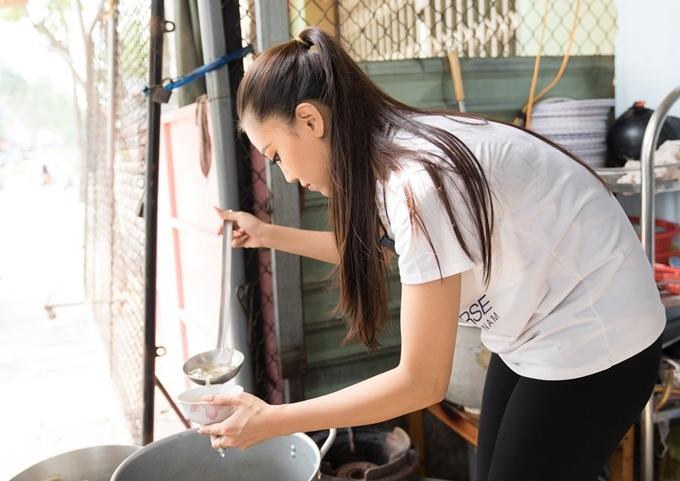 Kim Duyên cho biết quán cơm là nơi cô thường xuyên đến sau khi học, trước khi lên Sài Gòn theo đuổi ước mơ. Cô tiết lộ với những bạn sinh viên không có tiền, ba mẹ người đẹp sẵn sàng cho ăn 'thiếu', hoặc bỏ thêm đồ ăn để các bạn có sức học tập.