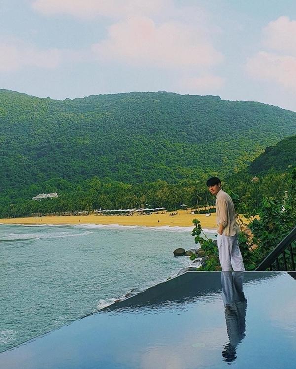 Khu nghỉ dưỡng có bãi biển riêng dành cho khách lưu trú, xung quanh là đồi núi xanh mát mắt. Nhờ nằm ngay bán đảo Sơn Trà nên lúc nào cũng lồng lộng gió biển.