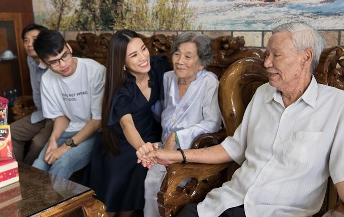 Sau khi đăng quang, người đẹp chưa có cơ hội về thăm nhà do lịch làm việc bận rộn. Cô xúc động, vui vẻ khi gặp lại gia đình, ông bà.