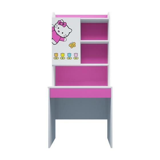 Bàn học có giá sách hình Hello Kitty có chiều cao 180 cm, bề ngang 80 cm. Họa tiết sử dụng công nghệ in trực tiếp lên gỗ độc đáo, đảm bảo sắc nét và bền màu. Màu sắc bàn tươi sáng, góp phần tô điểm cho không gian sinh hoạt, phòng ngủ của bé. Ngoài các giá để sách, phần kệ có thêm ngăn tủ giúp bé cất giữ những đồ dùng cá nhân tùy ý. Sản phẩm có giá 2,59 triệu đồng, giảm 35% so với giá gốc.