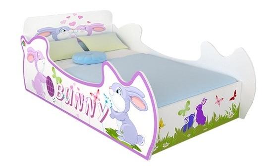 Giường trẻ em thương hiệu IBIE có chiều dài 222,4 cm và chiều rộng 124,2 cm. Thiết kế tạo hình thỏ Bunny ngộ nghĩnh, phù hợp với sở thích trẻ nhỏ. Giường màu sắc tươi sáng, kiểu dáng dễ thương, thu hút sự chú ý của bé, góp phần tạo cho bé tính tự lập, chịu ngủ riêng. Hộc kéo bố trí dưới giường, có thêm nhiều không gian để lưu trữ quần áo, sách vở, giúp tiết kiệm diện tích. Giường được làm bằng gỗ MDF dòng E1, nhập khẩu từ Malaysia. Sản phẩm đã qua xử lý chống cong vênh, mối mọt bằng công nghệ của Đức. Sản phẩm có giá 3,79 triệu đồng, ưu đãi 35% so với giá gốc.