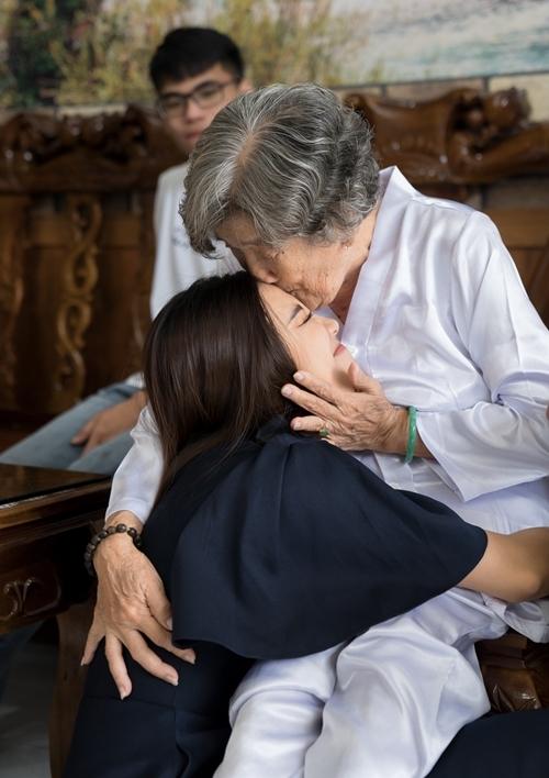 Nghe tin cháu gái về thăm, ông bà nội của á hậu từ Rạch Giá - Kiên Giang đã bắt chuyến xe sớm đi Cần Thơ. Bà nội Kim Duyên ôm hôn cháu gái nhỏ. Cô trò chuyện cùng gia đình về cuộc sống thường ngày của mình.