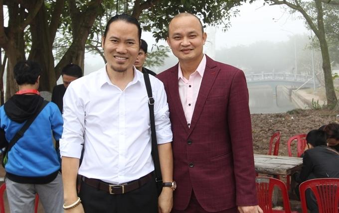 Nghệ sĩ Vượng Râu (áo trắng) và Xuân Nghĩa, em trai danh hài Xuân Hinh.