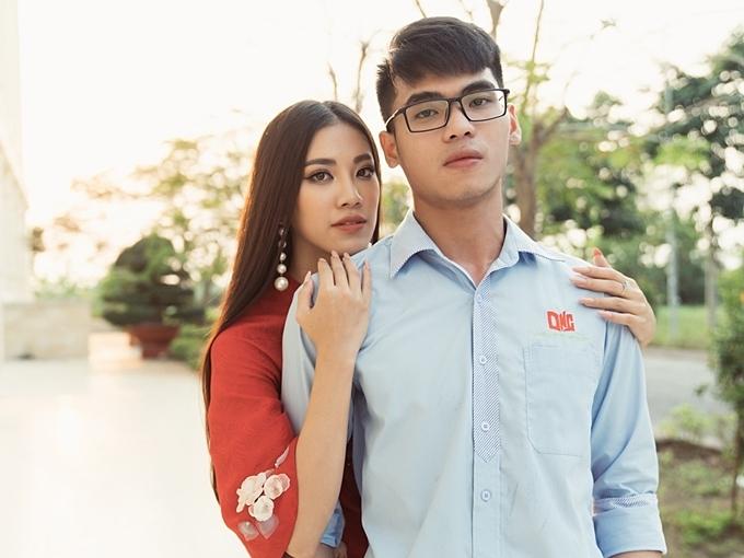 Kim Duyên cùng em trai tạo dáng chụp hình trong khuôn viên trường đại học Nam Cần Thơ.