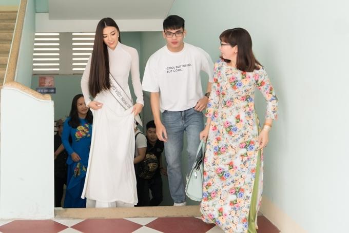 Á hậu Kim Duyên cùng em trai về thăm trường cấp ba. Cô tâm sự mình và em trai thân thiết với nhau. Khi buồn, em trai là người chở cô đi khắp nơi để thư giãn, lấy lại tinh thần.