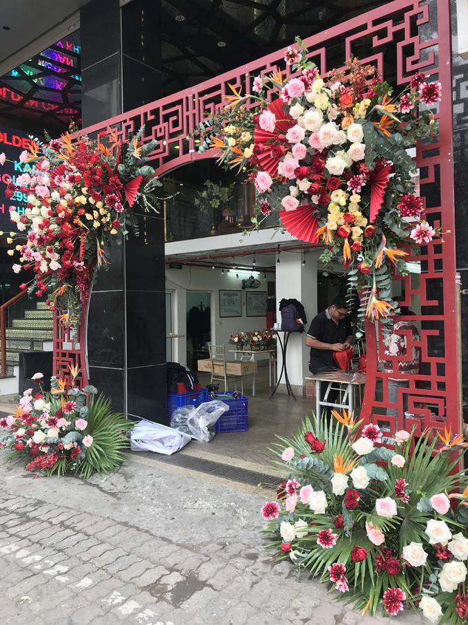 Không gian được tô điểm với nhiều loại hoa nhập khẩu, được thi công trong vòng 1 ngày.