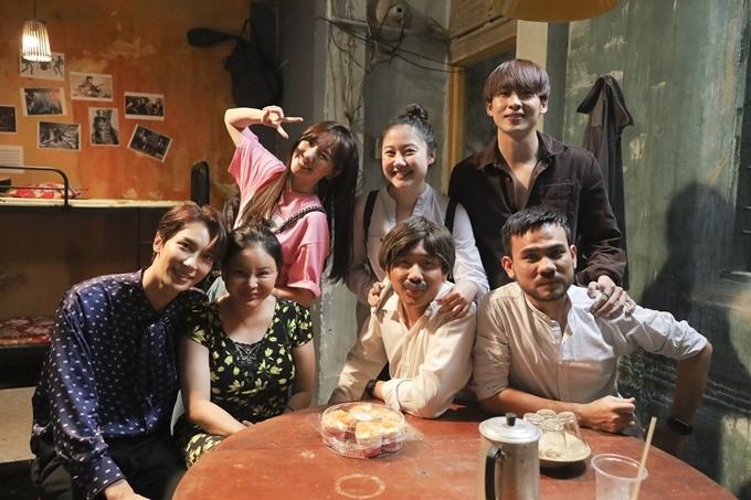 Hari Won (áo hồng) đến thăm ông xã và đoàn phim.