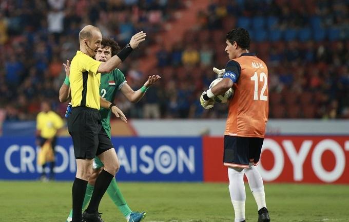 Cầu thủ Iraq phản đối trọng tài vì tặng Thái Lan quả phạt đền đầu trận. Ảnh: Lâm Thỏa.