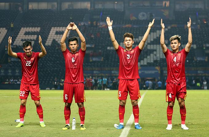 U23 Việt Nam cảm ơn người hâm mộ sau trận đấu với Jordan. Ảnh: Đức Đồng.
