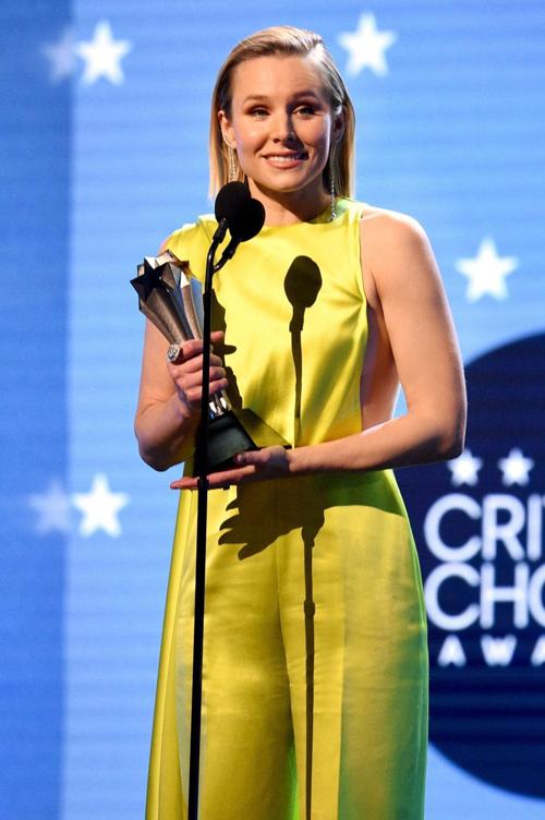 Trên sân khấu danh giá của Lễ Trao giải Critic' Choice Awards diễn ra ngày 12/01/2020, Kristen Bell nhận giải thưởng SeeHer cao quý nhằm tôn vinh những người phụ nữ dám phá vỡ giới hạn, vượt ra khỏi rào cản định kiến về giới trong ngành giải trí.