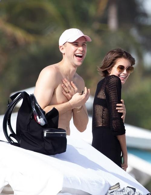 Người đẹp đi chơi với nam diễn viên Tommy Dorfman của phim 13 Reasons Why. Tommy Dorfman công khai là người đồng tính từ lâu.
