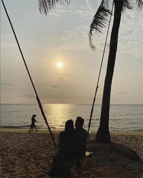 Lam Trường và bà xã Yến Phương ngắm hoàng hôn trên biển Phú Quốc.
