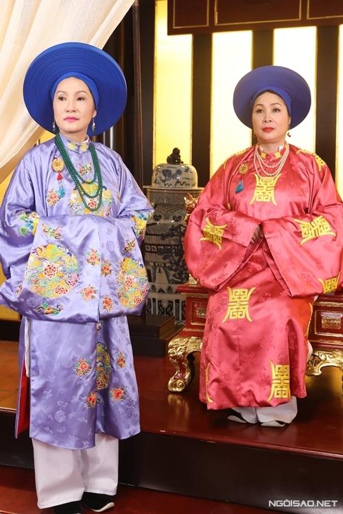 NSND Hồng Vân (áo hồng) và nghệ sĩ Hồng Đào vào vai hai bà phi của vua Thiệu Trị (NSND Thành Lộc đóng). Đây là hai tuyến vai trung tâm của phim, cạnh tranh quyền lực hậu cung với nhau và chi phối các cuộc chiến cung đấu khác.