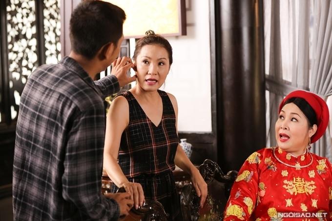 Từ lúc chưa có cảnh quay, nghệ sĩ Hồng Đào đã tới phim trường, trò chuyện với đạo diễn Huỳnh Tuấn Anh và NSND Hồng Vân.