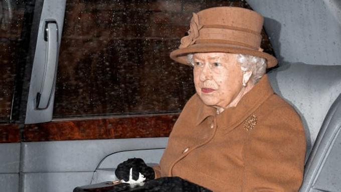 Nữ hoàng đến tư dinh Sandringham chiều 13/1 để họp bàn hoàng gia với Thái tử Charles và hai cháu trai. Ảnh: Max Mumby.