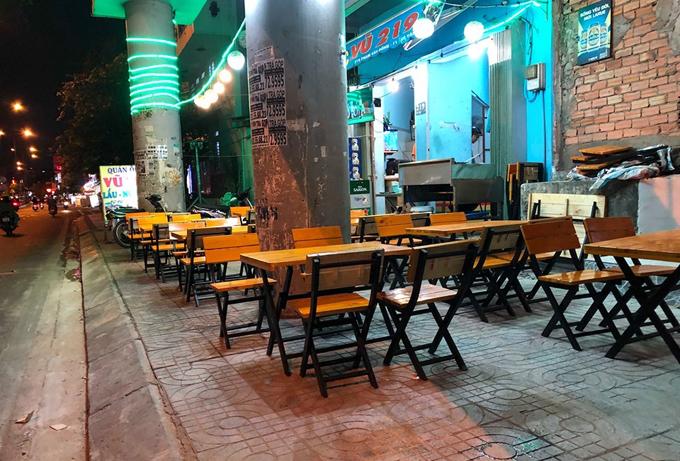 Trước giờ bóng đá nhưng các quán nhậu trên đường Phạm Văn Đồng (quận Gò Vấp, TP HCM) vắng hoe. Ảnh: Sơn Nam.