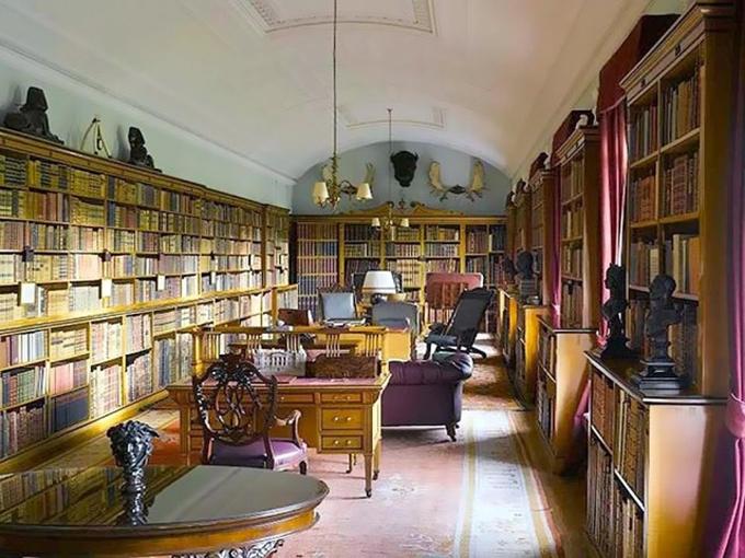 Thư viện lớn ở Sandringham, nơi diễn ra cuộc họp giữa Nữ hoàng, Thái tử Charles, Hoàng tử William và Hoàng tử Harry để bàn về tương lai của Harry - Meghan trong hoàng gia. Ảnh: UK Press.