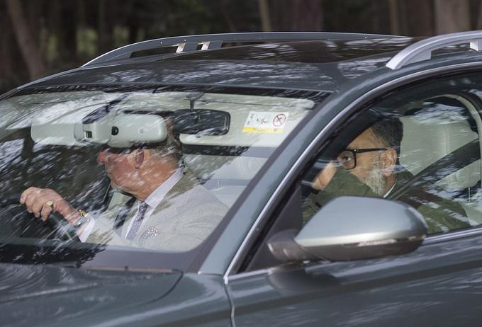 Thái tử Charles lái xe riêng rời Sandringham chiều 13/1. Ảnh: UK Press.