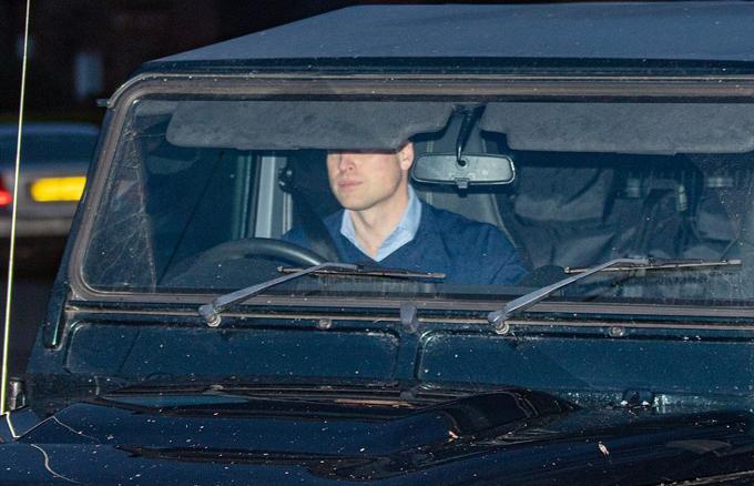 Hoàng tử William lái xe rời Sandringham chiều 13/1. Ảnh: UK Press.