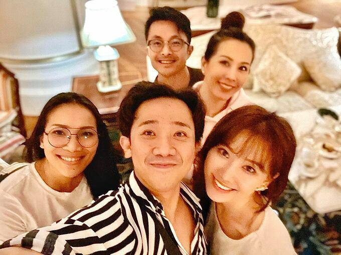 Vợ chồng Trấn Thành - Hari Won tụ họp cùng ca sĩ Hồng Ngọc, Hoa hậu Thu Hoài và bạn trai.