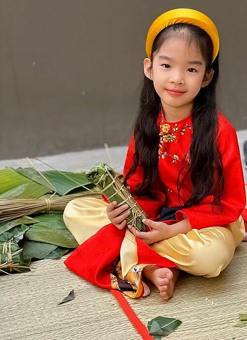 Con gái siêu mẫu Xuân Lan dự hội xuân, gói bánh chưng, bánh tét ở trường.