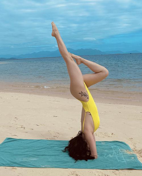 Nữ ca sĩ tiết lộ hàng ngày cô chăm chỉ tập yoga để duy trì sắc vócvà rèn sức bền, sự dẻo dai, linh hoạt.