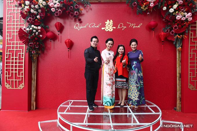 Ekip decor cho đám hỏi của Quỳnh Anh cũng chính là ekip đã thực hiện trang trí cưới cho Huyền Mi (áo dài hồng) - chị gái cô dâu. Cặp Quỳnh Anh - Duy Mạnh chỉ kịp tìm đến ekip 1 tuần trước đám hỏi, chốt ý tưởng trang trí trong vòng 1 ngày.